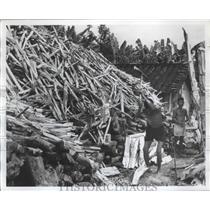 1967 Press Photo Vietnam-A man chopping wood - abnz01773
