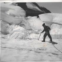 1961 Press Photo George McHenry pauses during ascent to Mt Baker - spa92009