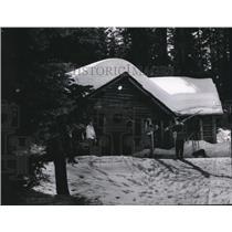 1950 Press Photo Skiers outside a lodge at Payette Lake Ski area - sps07363