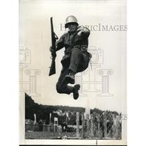 1937 Press Photo Swiss Infantryman in Lecerne Lake Army Maneuvers - nem34763