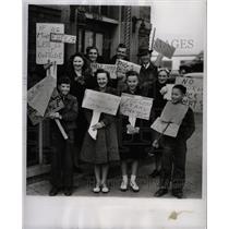 1941 Press Photo Tenants Apartment house Central picket - RRW94655
