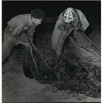 1962 Press Photo Alabama National Guard- Parachuters clean up chutes after jump