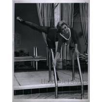 1961 Press Photo Mitzi Exercise Home Pool Still Dance - RRX35055
