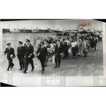 1959 Press Photo Cuban refugees arrive in Miami & go to immigration & customs