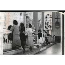 1961 Press Photo the Gesu Catholic church communion rail lined with Cuban women
