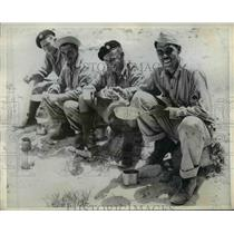 1942 Press Photo Tank crews enjoy lunch in the desert - nem38401
