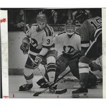 1983 Press Photo Hockey player Ken Karpuk and goalie Randy Amatto - sps08773