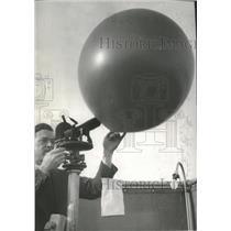 1941 Press Photo Mr Centen ready to release pilot balloon with lantern