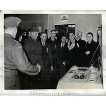 1941 Press Photo Canadian Army Officer Explains Rations to Recruiting Committee