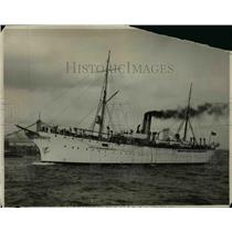 1925 Press Photo US Naval ship the Rainbow pulls into a port city - nem39072