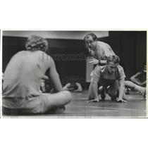 1987 Press Photo Wrestling coach, John Olson, instructs his wrestlers