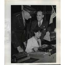 1943 Press Photo Edith Hogan Awarded for General Electric Work at West Lynn, MA
