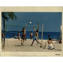 1991 Press Photo Volleyball Players Enjoy North Avenue - RRW64881