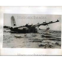 1943 Press Photo Royal Air Force Sunderland Hugs Plane in Storm - nem42370