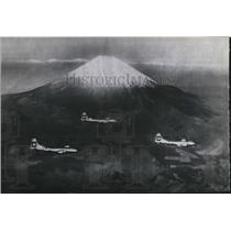 1945 Press Photo Marianas Base Superfortresses Pass Mount Fujiyama - spx21279