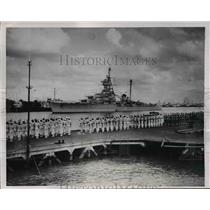 "1954 Press Photo French Cruiser ""Montcalm"" Receives ""Present Arms"" Salute"