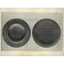 1927 Press Photo Replica of the Hubbard Award Given to Charles Lindbergh