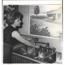 Press Photo Woman demonstrating automatic sink - RRW39959