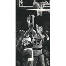 1987 Press Photo Alton Lister and Jack Sikma battle for rebound at game