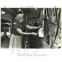 1987 Press Photo Village Lady Shop - Clare Barr, Window Dresser, Lakeside Mall