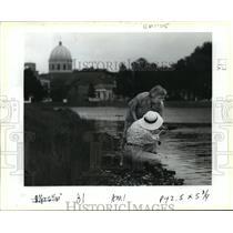 1991 Press Photo New Orleans - Antique Collectors Dig Banks at Bayou St. John