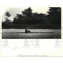 1988 Press Photo Boat Racer Flint Bishop Demonstrates Technique on Bayou Gauche