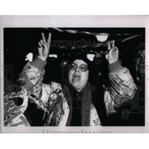 1991 Press Photo Arlene Stern Makes Peace Signs - RRX56457