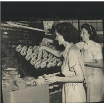 1945 Press Photo Palmetex Pads Army Mesdames Ed Green - RRX82233