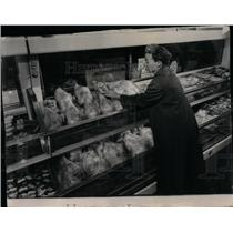 1952 Press Photo woman turkey thanksgiving shopping - RRX10651