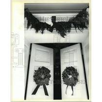 1994 Press Photo Beauregard Keyes House - English Ivy Wreaths on Front Doors