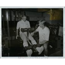 1985 Press Photo Paul Callaway Hank Johnson Physical - RRW66129