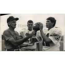 1986 Press Photo Alabama-Berry coach gives some passing pointers to his players.