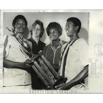 1977 Press Photo Alabama-Birmingham-High school cagers with Major Brown Trophy.