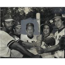 1974 Press Photo Alabama-Birmingham-Baseball Coach poses with players.