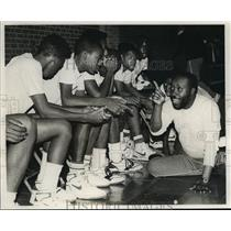 1989 Press Photo Alabama-Wenonah coach William Merriwether talks to his team.