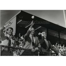 1981 Press Photo Alabama-BSU officials share first-pitch ceremony spotlight.