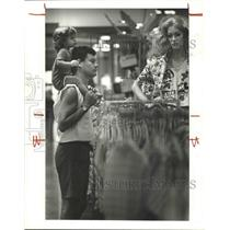1985 Press Photo Hans Willimann and his daughter Melanie shoppers at Foley's