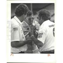 1983 Press Photo Auto Racer Tom Sneva talking with others - sps12491
