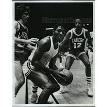 1981 Press Photo Blazers' Craig Lane off bench, moves on Lakers' Roosevelt.