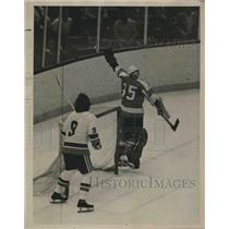 1975 Press Photo Flyers' Goalie Wayne Stephenson Loses Control of the Puck