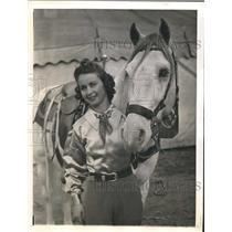 1941 Press Photo Fay Knight & her mount to perform trick riding at a show