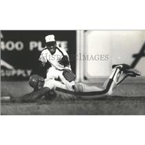 1982 Press Photo Alabama-Birmingham Barons baseball player tags Memphis player.
