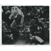 1982 Press Photo Alabama-Birmingham Barons baseball player with a chicken mascot