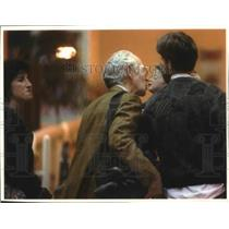 Press Photo Erika Yeager Kisses Grandfather, William Carr, at Mitchell Airport