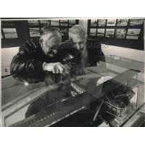 1988 Press Photo Waukesha aviators view replicas at gallery in Mitchell Airport