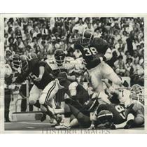 1976 Press Photo Alabama's Johnny Davis Tucks Football And Runs For Touchdown
