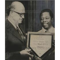 1974 Press Photo Washington-Henry Aaron presented with plaque for most fan mail.