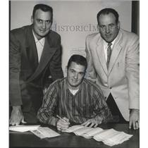 1958 Press Photo Alabama-Football-Billy Lumpkin signs with the New York Giants.