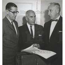 1962 Press Photo Alabama- M.G. Couch, F.T. Dobbs, Cliff Harper look at calendar.