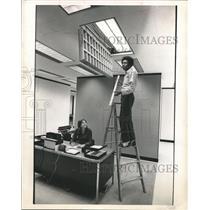 1973 Press Photo Leroy Brooks removes light, Houston Lighting and Power Company